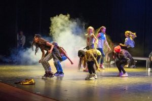 Nuoria tanssimassa hiphoppia